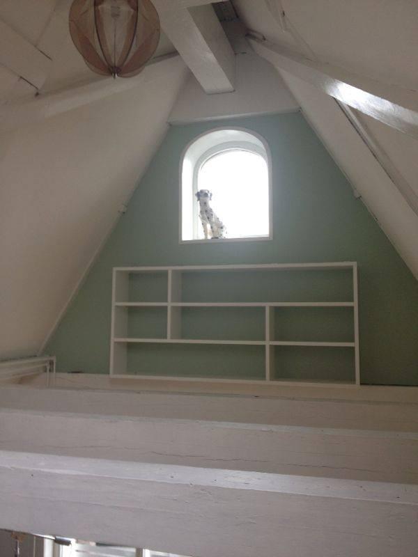 Boekenkastje op zolder