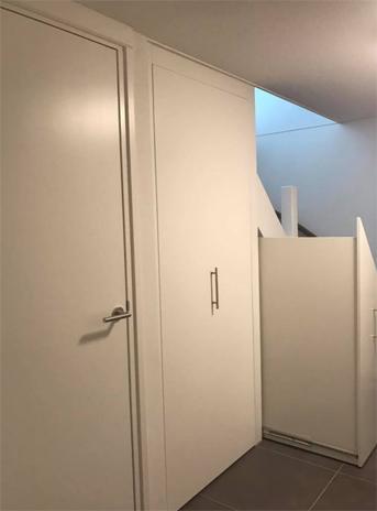Garderobekast in nis, een deel opengeschoven
