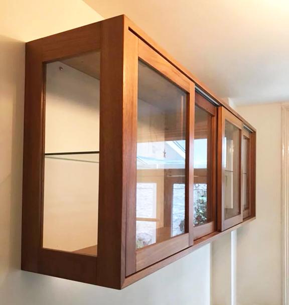 Wandkast in de keuken met glazen deurtjes, Amsterdam