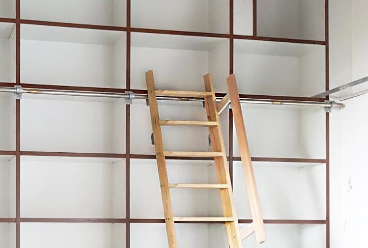 De trap van de boekenkast, bevestigd aan een rail.