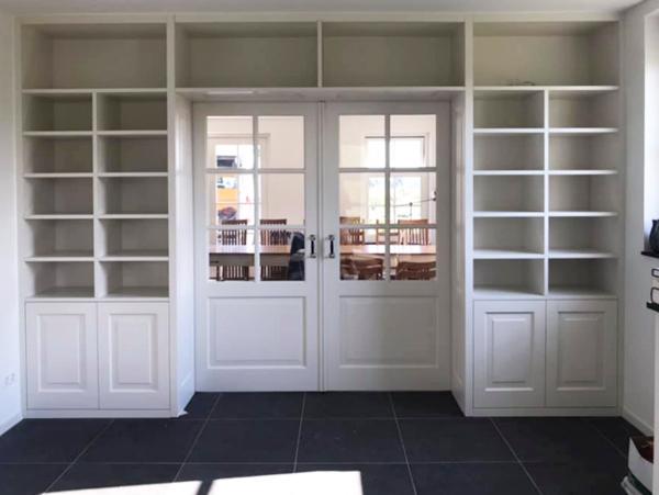 boeken- en cd-kasten met paneeldeuren, wit